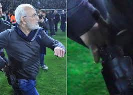 E il presidente entra in campo con la pistola