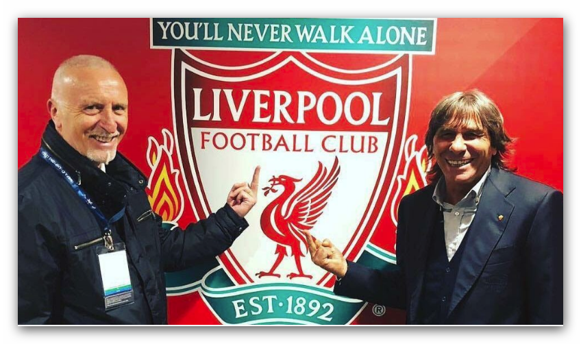 Pruzzo e Conti e la foto davanti allo stemma del Liverpool