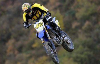 Valentino Rossi cade in moto